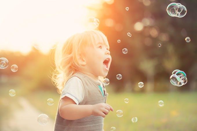 Garçon qui joue avec des bulles
