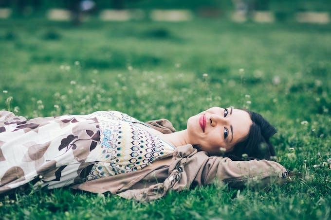 Femme couchée dans l'herbe