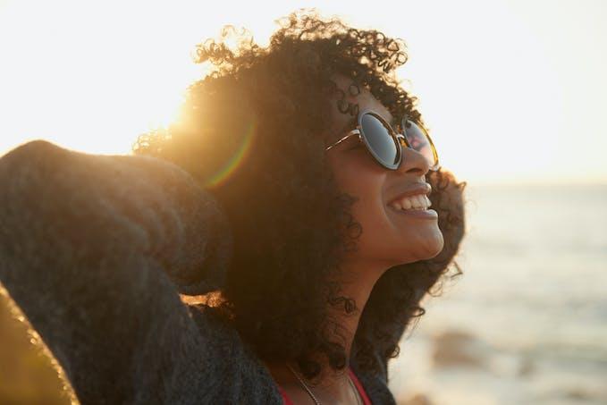 Femme avec des lunettes de soleil