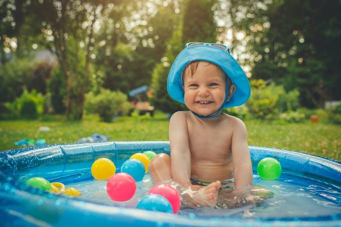 Bébé dans une piscine