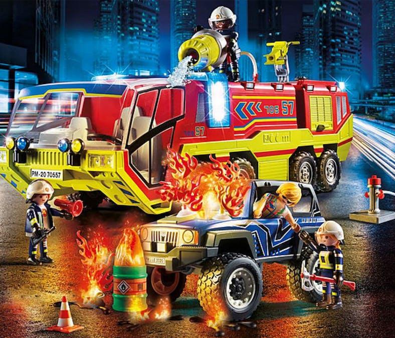 Camion de pompiers et véhicule enflammé
