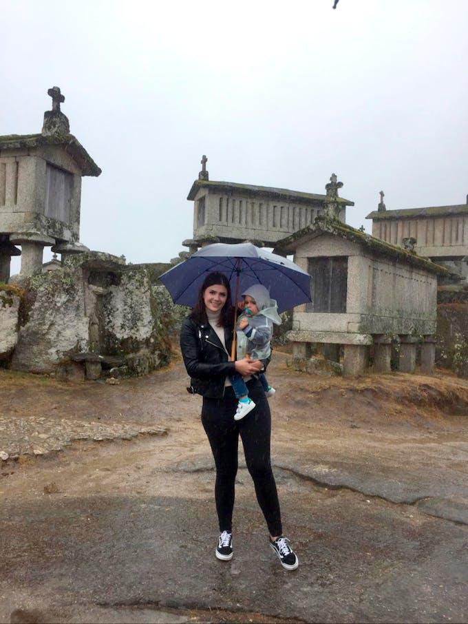 une maman et son bébé sous un parapluie
