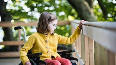 enfant et fauteuil roulant