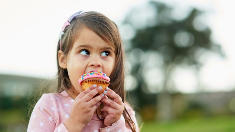 fille mange glace