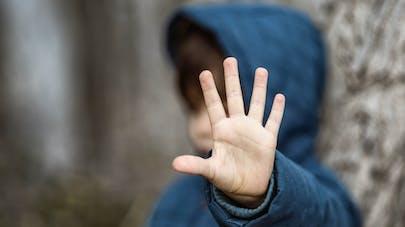 enfant qui dit stop avec sa main