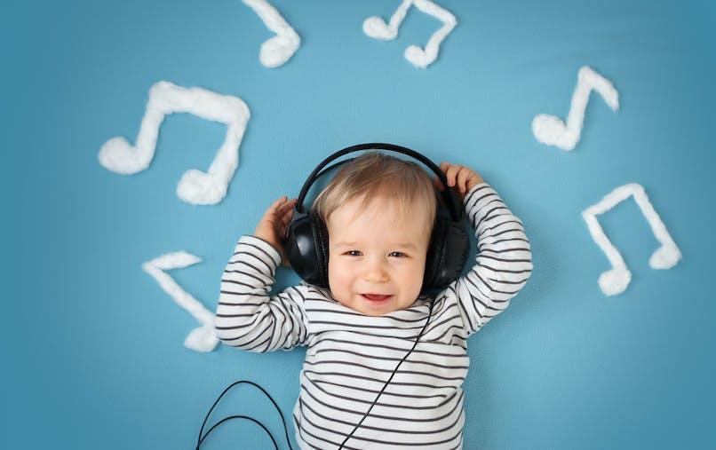 enfant avec écouteurs