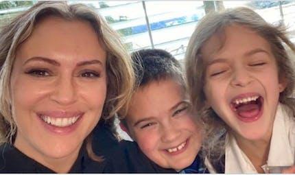 """Alyssa Milano demande un """"plan Marshall"""" pour soutenir les mères pendant la crise"""