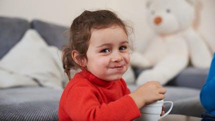 Alimentation : l'adorable vidéo du premier chocolat chaud d'un bébé
