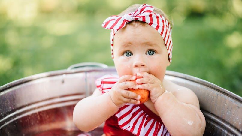 adorable bébé avec bandeau cheveux