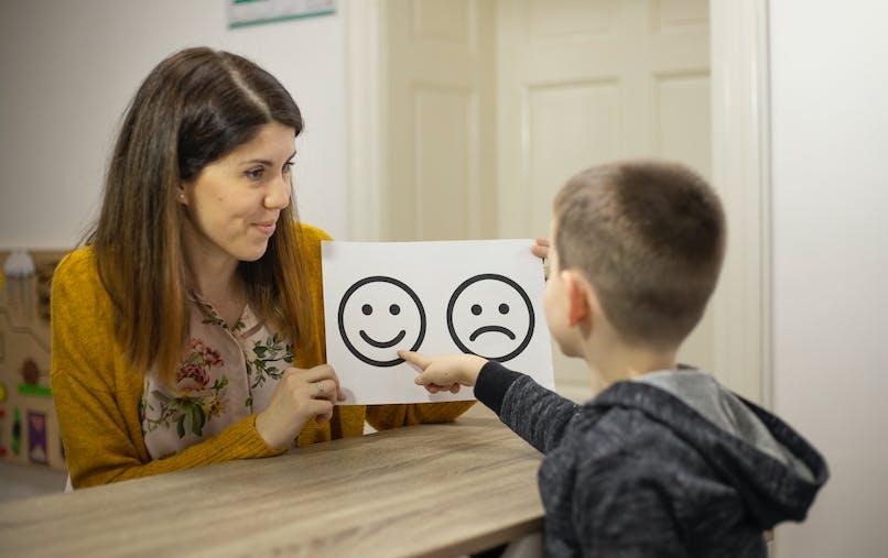 therapeute avec enfant autiste