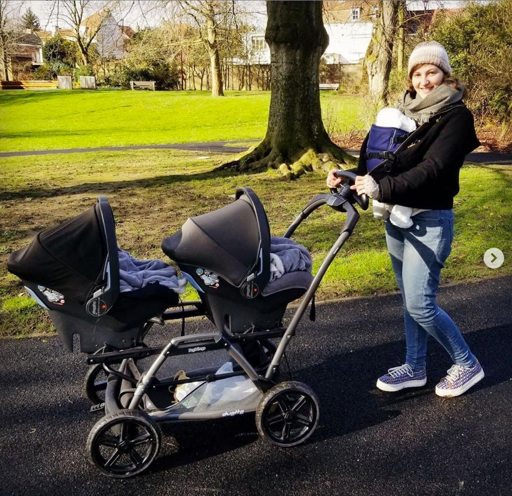 maman qui promène ses bébés triplés