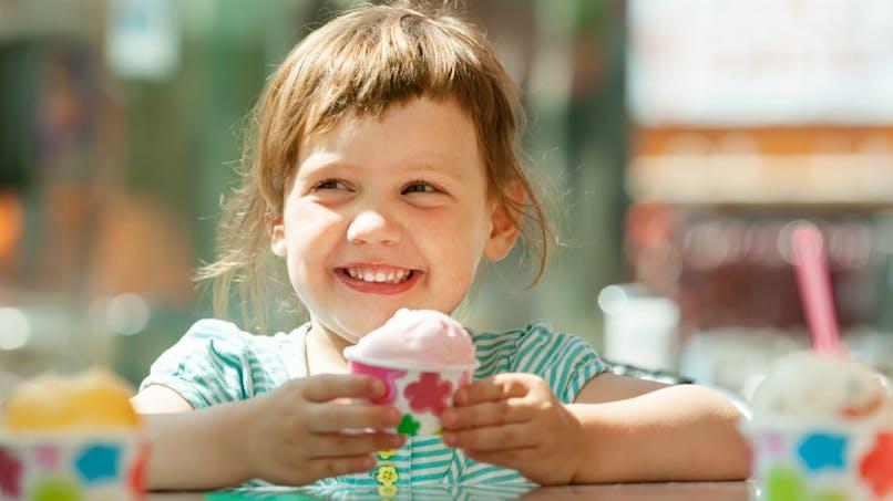 fillette souriante tenant une glace