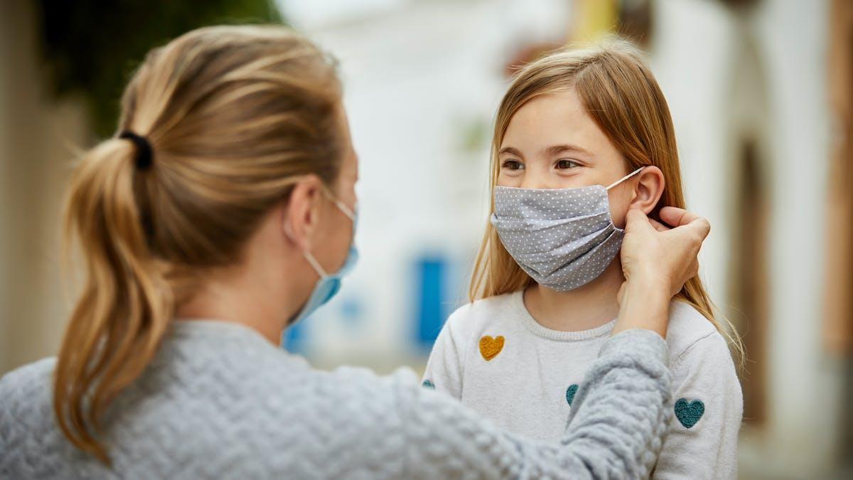 mère et fille avec un masque