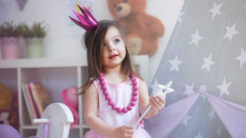fillette habillée en princesse