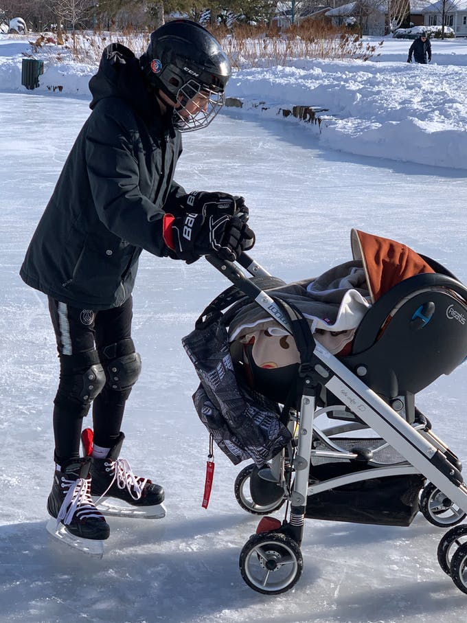 un homme pousse une poussette sur la glace