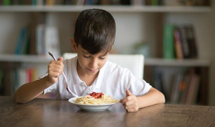 Maltraitance : un père étrangle son fils qui refuse de manger ses pâtes