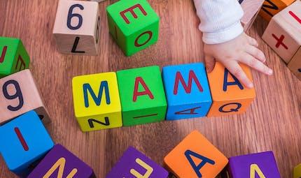 Ce bébé dit « maman » avec une voix d'outre-tombe, et ça fait bien rire ses parents