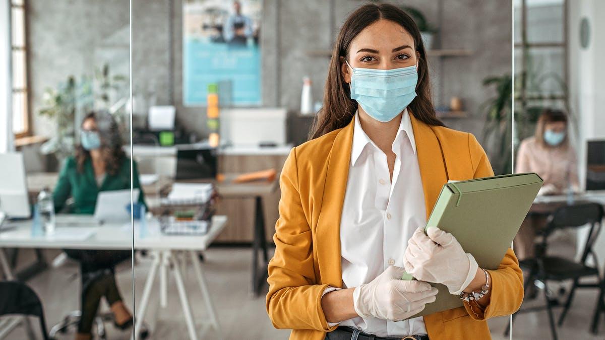 femme avec un masque