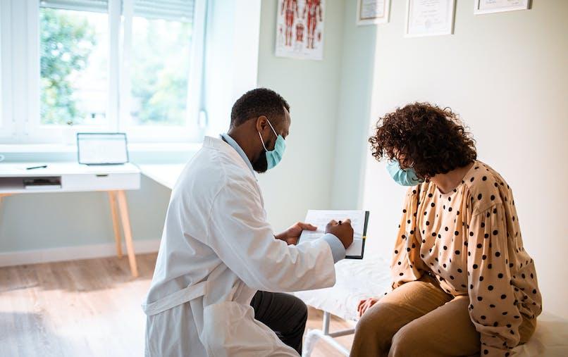 Une femme consulte un médecin