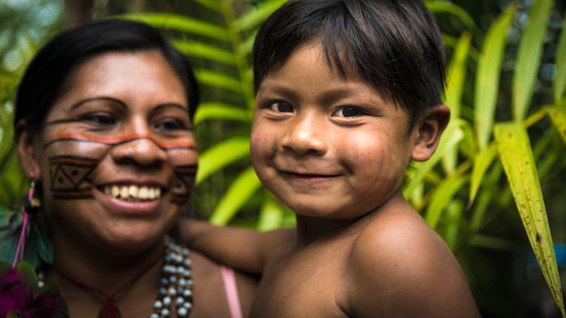 petit garçon amérindien et sa mère