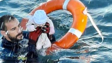 La photo d'un bébé migrant sorti des eaux fait le tour du monde
