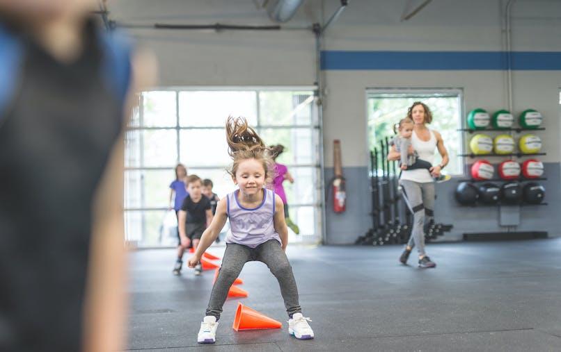 Une enfant s'amuse en faisant du sport