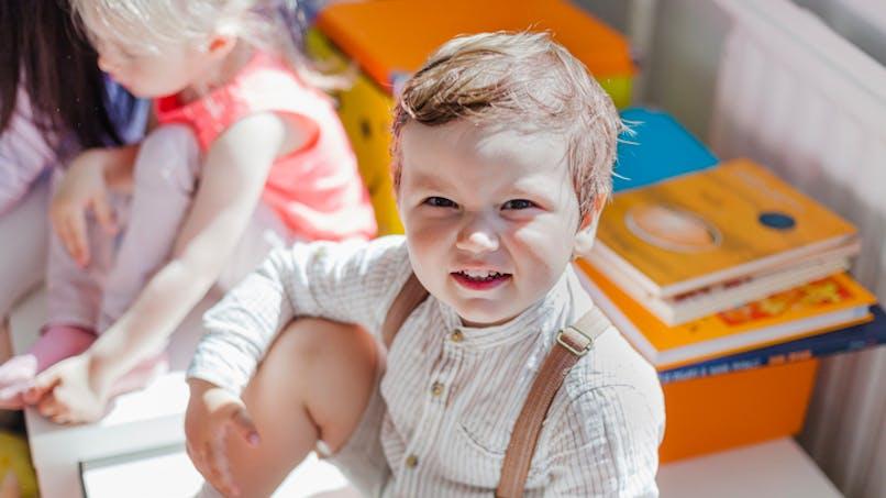 garçon souriant, dans sa classe