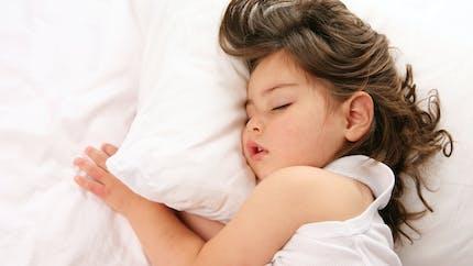 Sommeil : combien d'heures doit dormir un enfant de 2 ans pour protéger sa vision ?