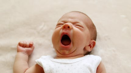 Les bébés humains, un sommeil unique au monde