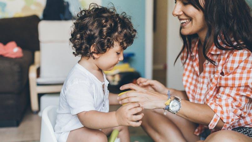 Infection urinaire de bébé : une maman dédramatise le pot avec son bébé