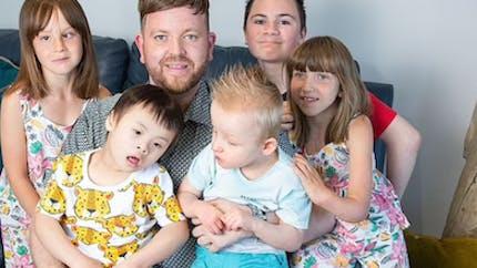 Père adoptif de cinq enfants handicapés, il adopte un garçon de 2 ans atteint de paralysie cérébrale