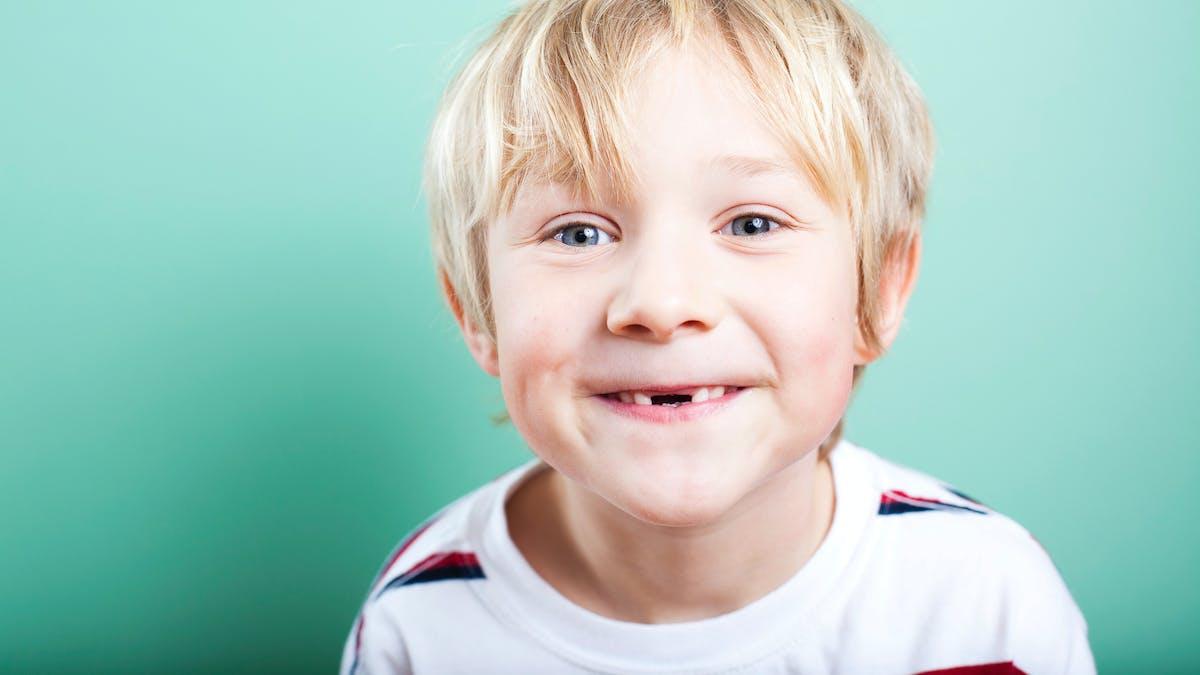 enfant avec les dents du bonheur