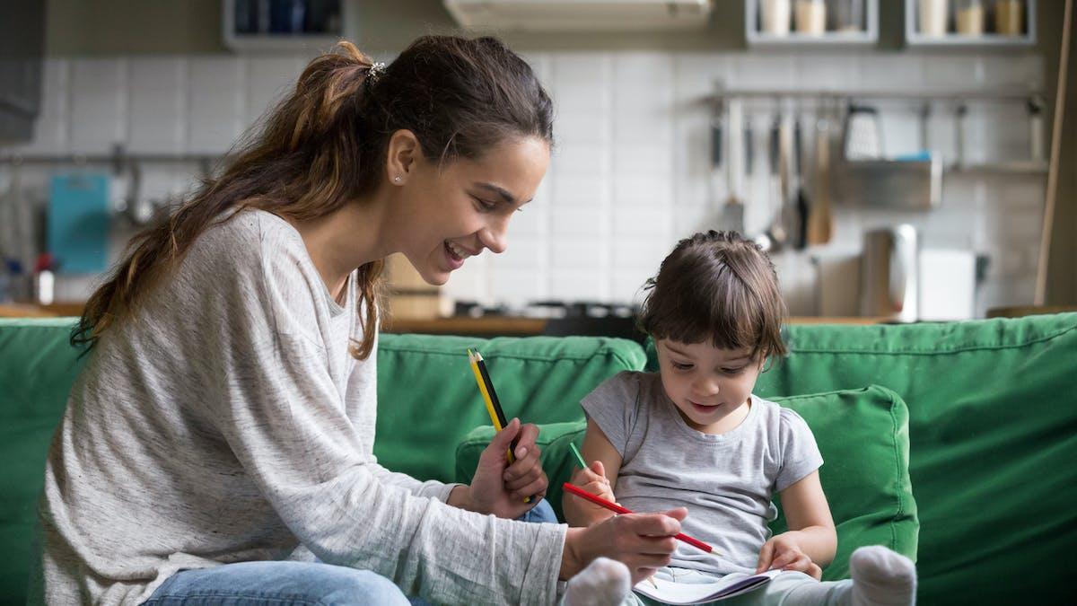 enfant et baby sitter