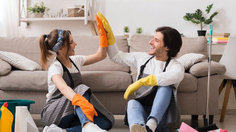 Un homme et une femme qui font le ménage