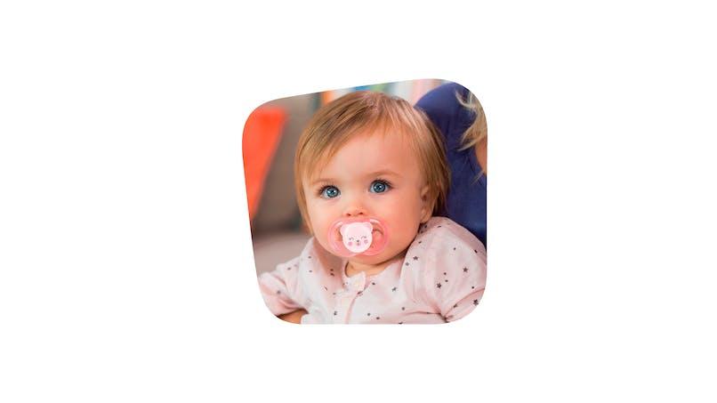 bébé avec sucette Soft Touch de Tigex