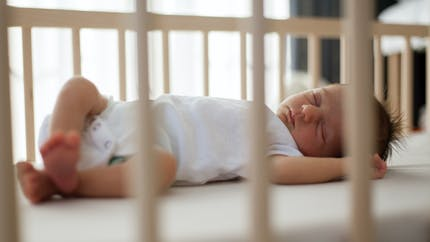 """Bébé : on l'aide à s'endormir avec la méthode """"Soir"""