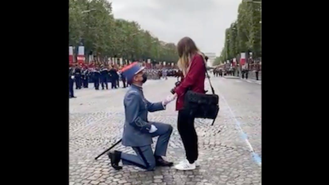 L'émouvante demande en mariage d'un soldat avant le défilé du 14 juillet
