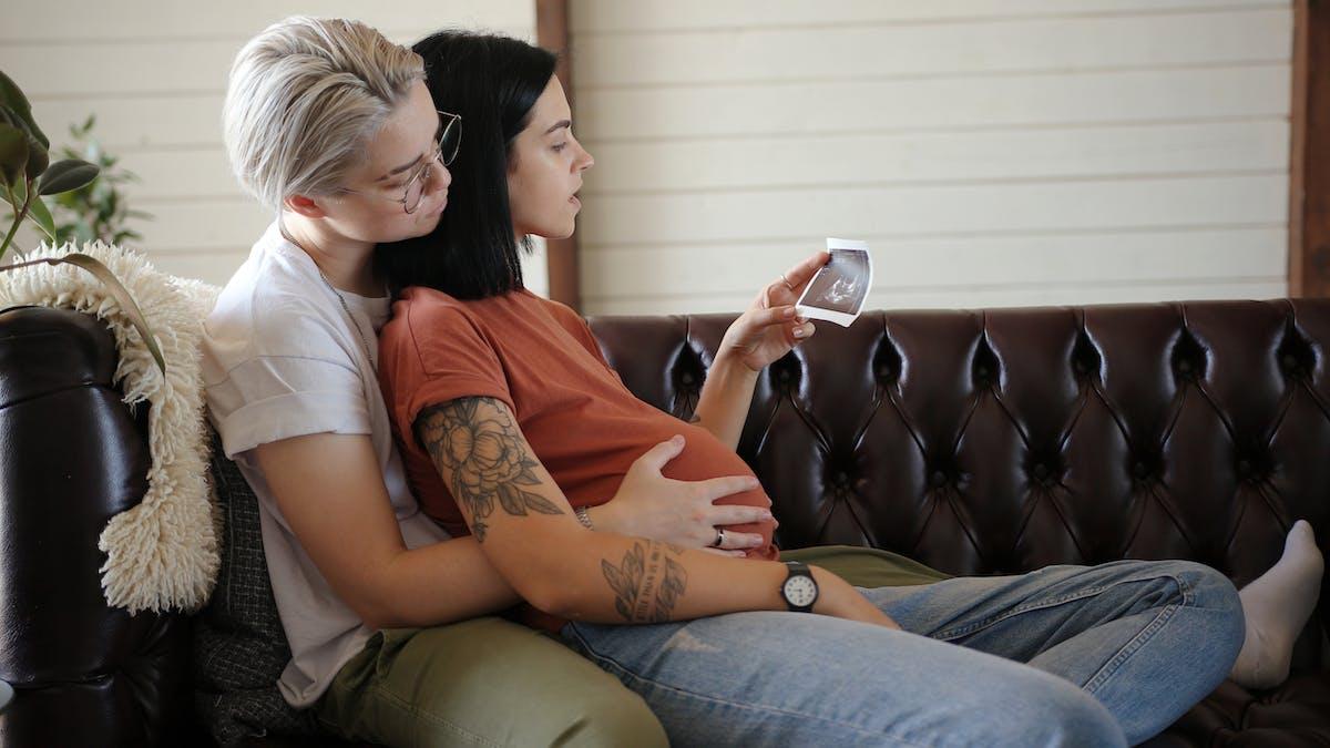 Deux femmes, dont une enceinte, regardent une échographie : PMA pour toutes : la loi de bioéthique élargit l'accès à la PMA aux couples de femmes et aux femmes célibataires.