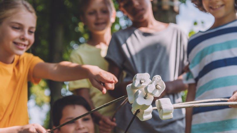 enfants avec des guimauves
