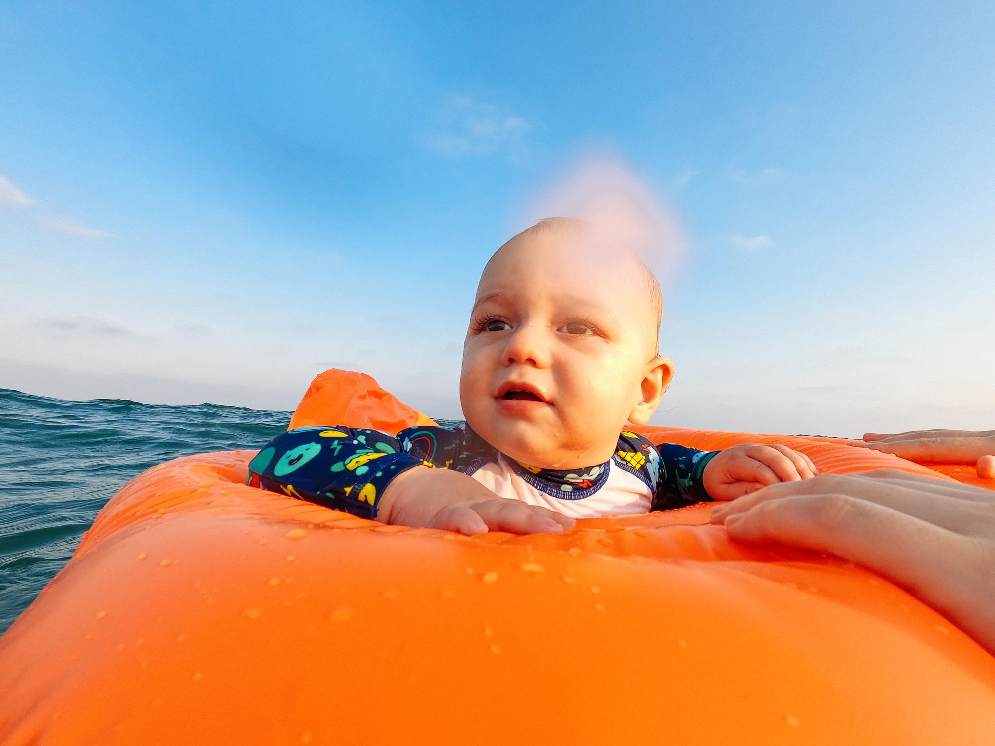 L'incroyable sauvetage d'un bébé parti à la dérive sur sa bouée en mer