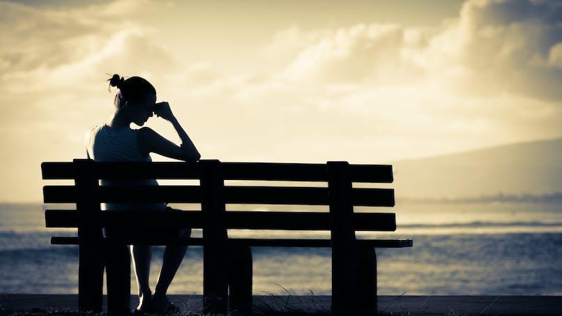 femme fatiguée sur un banc