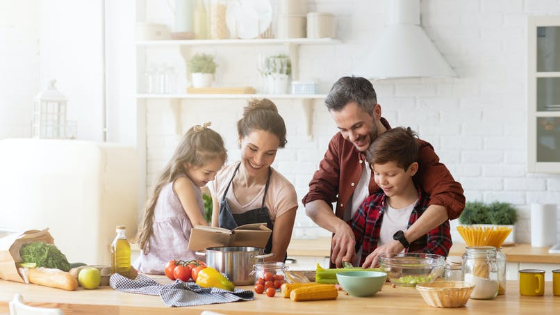famille qui cuisine