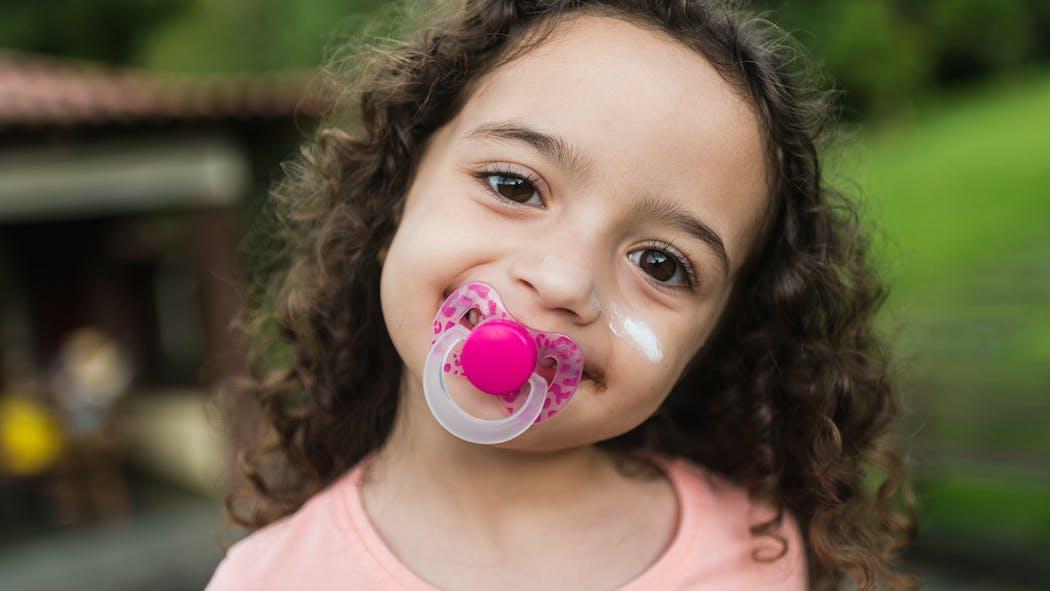 Dents de bébé : quel est l'impact de la tétine et du suçage de pouce ?