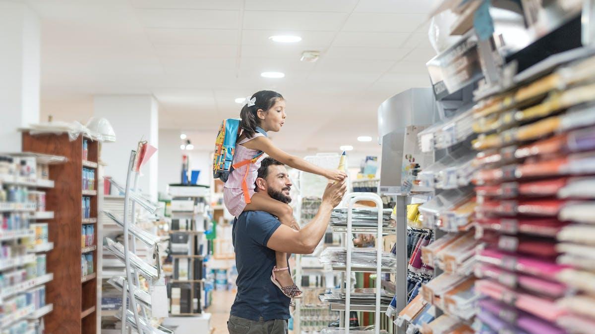 Allocation de rentrée scolaire : un père et sa fille font les courses et les achats de la rentrée scolaire