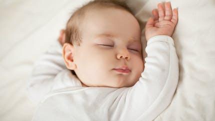 Été-hiver : comment habiller bébé pour dormir ?