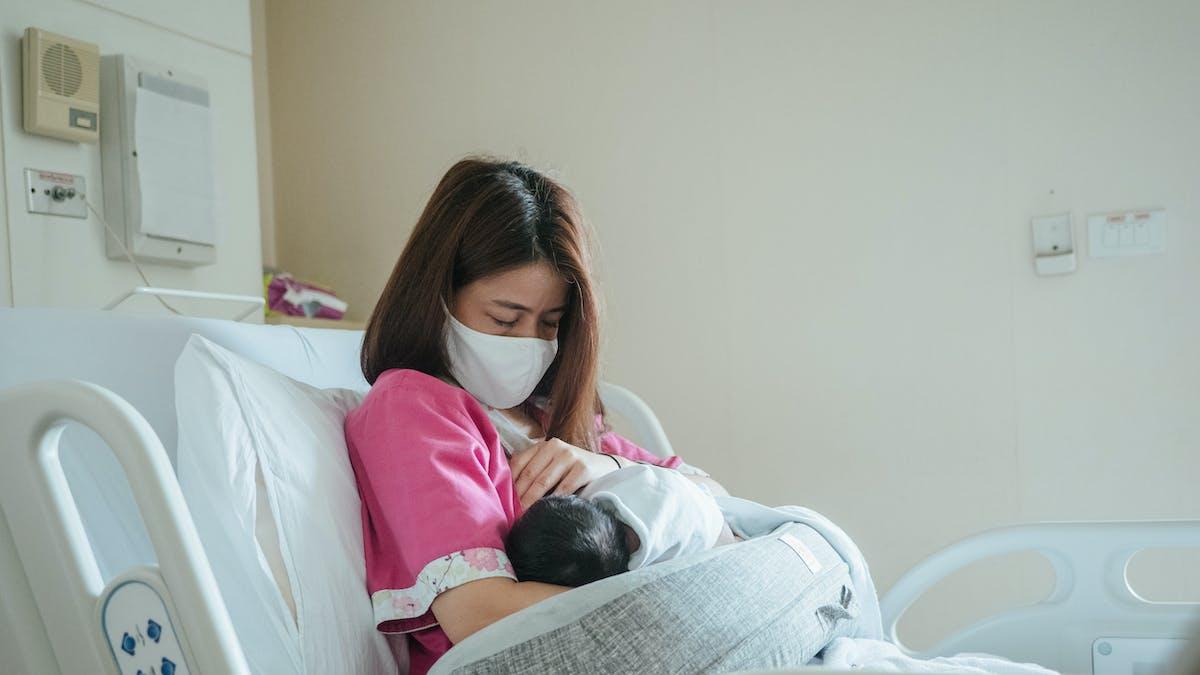 Une maman qui vient d'accoucher allaite son bébé