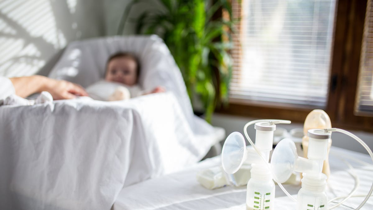 Alimentation bébé mois par mois : l'utilisation d'un tire-lait