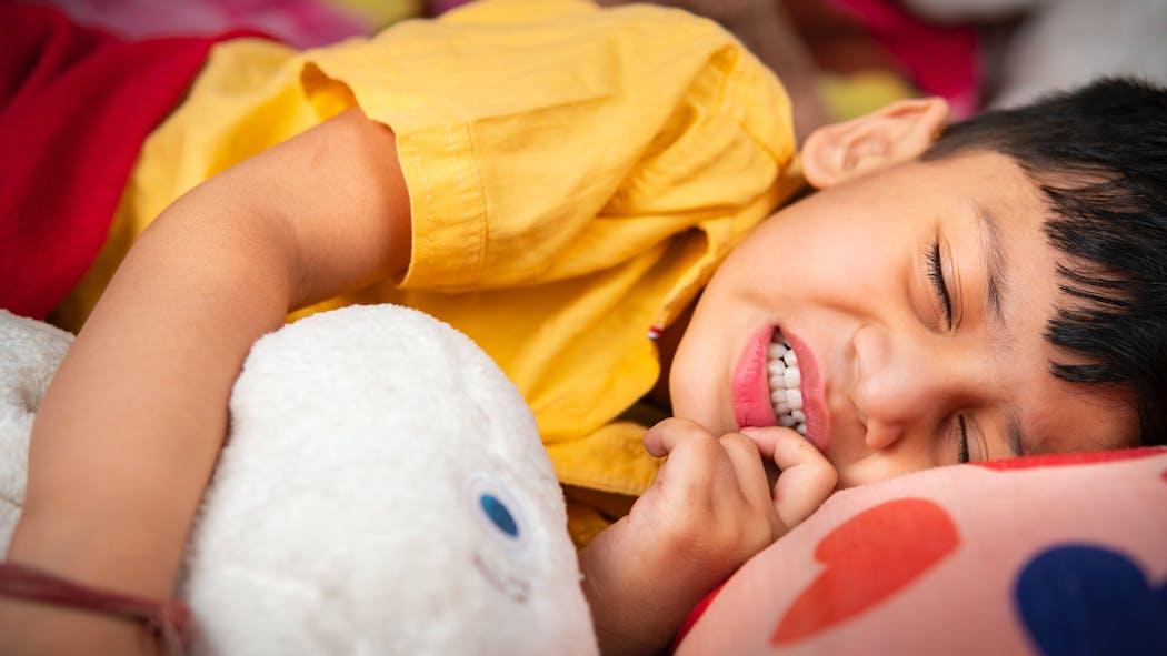 Mon enfant grince des dents en dormant : le point sur le bruxisme