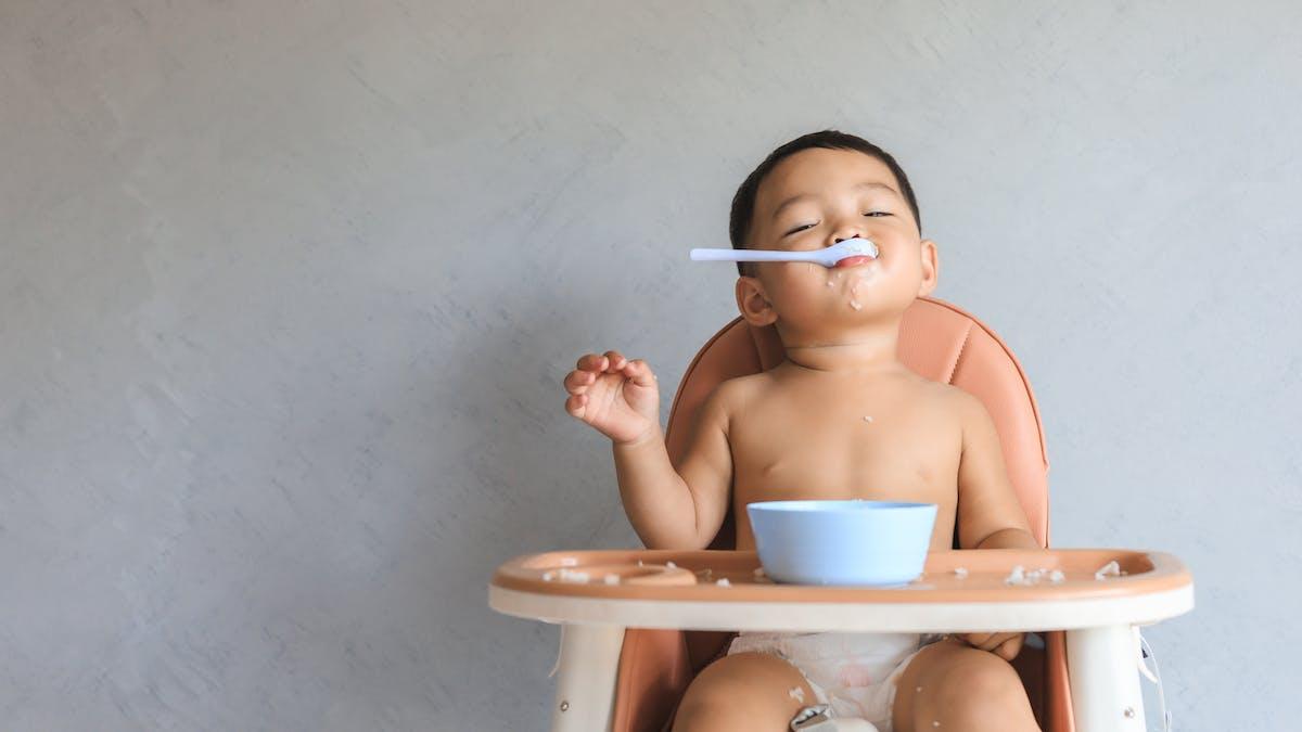 Un bébé de 7 mois satisfait de son assiette : diversification alimentaire