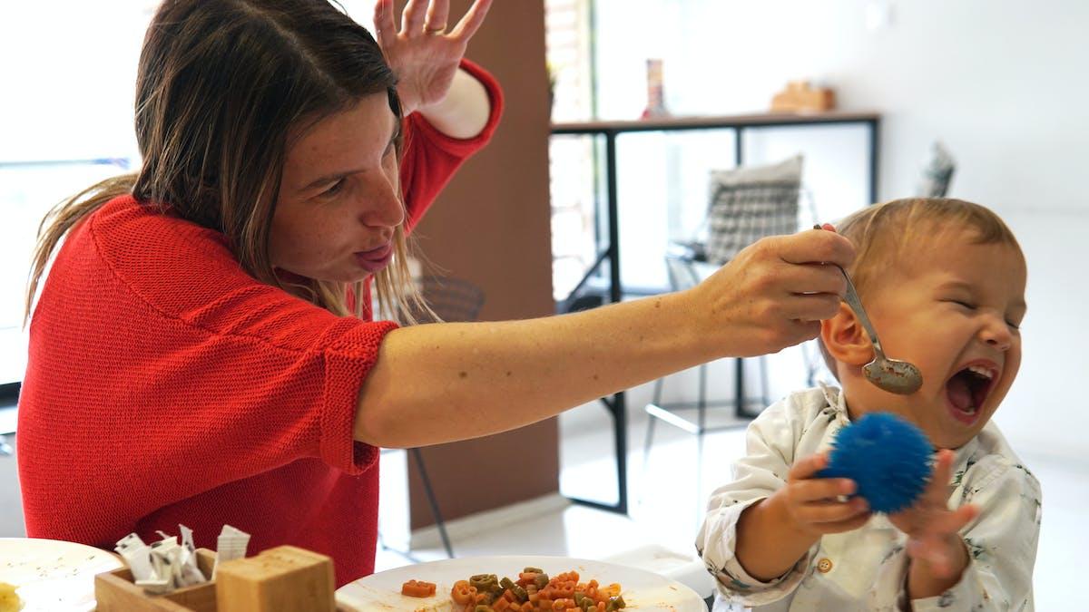 Diversification alimentaire : une maman tente de faire manger en rigolant son bébé de 10 mois